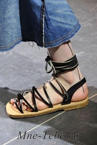 Самые модные босоножки-200913Модная. Особый шик, если они будут напоминать обувь африканских племен или